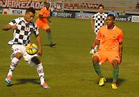 TUNJA - COLOMBIA -14-02-2014: Johan Jaramillo (Izq.) jugador de Boyacá Chicó disputa el balón con Yilamr Angulo (Der.) jugador del Envigado FC durante partido por la fecha quinta de la Liga Postobón I 2014 realizado en el estadio La Independencia en la ciudad de Tunja./ Johan Jaramillo (L) player of Boyaca Chico FC, fights for the ball with Yilamr Angulo (R) player of Envigado FC during match valid for the fifth date of Postobon League I 2014 at La Independencia stadium in Tunja city. Photo: VizzorImage/Jose Miguel Palencia/Str