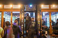 """Aufgrund einer Anordnung des Berliner Senat muessen seit dem 13. Maerz 2020 Bars, Clubs und Kneipen geschlossen beleiben um die Ausbreitung des Corona-Virus zu verlangsamen.<br /> Im Bild: Beamte der 35. Einsatzhundertschaft der Berliner Polizei kontrollieren in Berlin-Kreuzberg die Umsetzung der Senatsanordnung. Nur wenige Kneipen, Bars und sog """"Spaetkauf""""-Laeden (Spaetis) mussten auf darauf hingewiesen werden, dass sie schliessen muessen.<br /> 14.3.2020, Berlin<br /> Copyright: Christian-Ditsch.de<br /> [NUR FUER REDAKTIONELLE ZWECKE! Werbung nur auf Anfrage beim Fotografen. Inhaltsveraendernde Manipulation des Fotos nur nach ausdruecklicher Genehmigung des Fotografen. Vereinbarungen ueber Abtretung von Persoenlichkeitsrechten/Model Release der abgebildeten Person/Personen liegen nicht vor. NO MODEL RELEASE! Don't publish without copyright Christian-Ditsch.de, Veroeffentlichung nur mit Fotografennennung, sowie gegen Honorar, MwSt. und Beleg. Konto: I N G - D i B a, IBAN DE58500105175400192269, BIC INGDDEFFXXX, Kontakt: post@christian-ditsch.de<br /> Bei der Bearbeitung der Dateiinformationen darf die Urheberkennzeichnung in den EXIF- und  IPTC-Daten nicht entfernt werden, diese sind in digitalen Medien nach §95c UrhG rechtlich geschuetzt. Der Urhebervermerk wird gemaess §13 UrhG verlangt.]"""