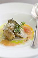 """Asie/Israël/Galilée/Rosh Pina/Safed: aubergine bio grillée servie avec du Tahina - pate de sésame et de l'huile de pigno de pin recette de Chaim Tibi chef du restaurant Muscat Hotel Restaurant """"Mizpe Hayamim"""" avec sa ferme bio créé par le docteur Yaros Yaroshlavsky dans les années 60"""