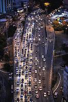 SÃO PAULO,SP, 30.06.2016 - TRÂNSITO-SP - Motoristas enfrentam trânsito no sentido leste e oeste do Viaduto Júlio de Mesquita Filho, no bairro da Bela Vista, na região central da cidade de São Paulo, nesta quinta-feira, 30. (Foto: Vanessa Carvalho/Brazil Photo Press)
