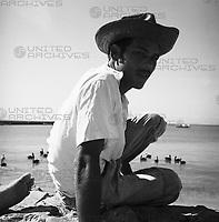 Junger Mann an der Mündung des Rio Manzanares in Cumaná, Venezuela 1966. Young man at the water mouth of the Rio Manzanares in Cumaná, Venezuela 1966.