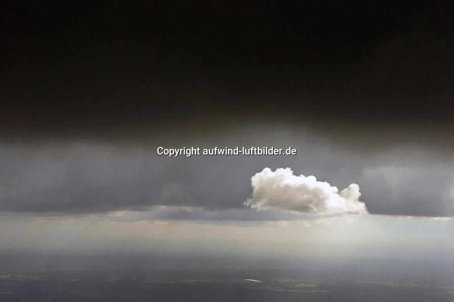 Cumulus Wolke : EUROPA, DEUTSCHLAND, NIEDERSACHSEN (EUROPE, GERMANY), 26.09.2015: Cumulus Wolke vor dunklem Hintergrund,