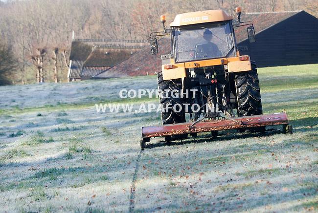 Arnhem, 151107<br /> Veehouder Hooijer is zijn bevroren grasland, in landgoed Mariendaal  aan het 'Bloten'. Hij maait de pollen weg om te voorkomen dat zich hierin ongedierte nestelt zodat er kale plekken in het groen ontstaan.<br /> Foto: Sjef Prins - APA Foto