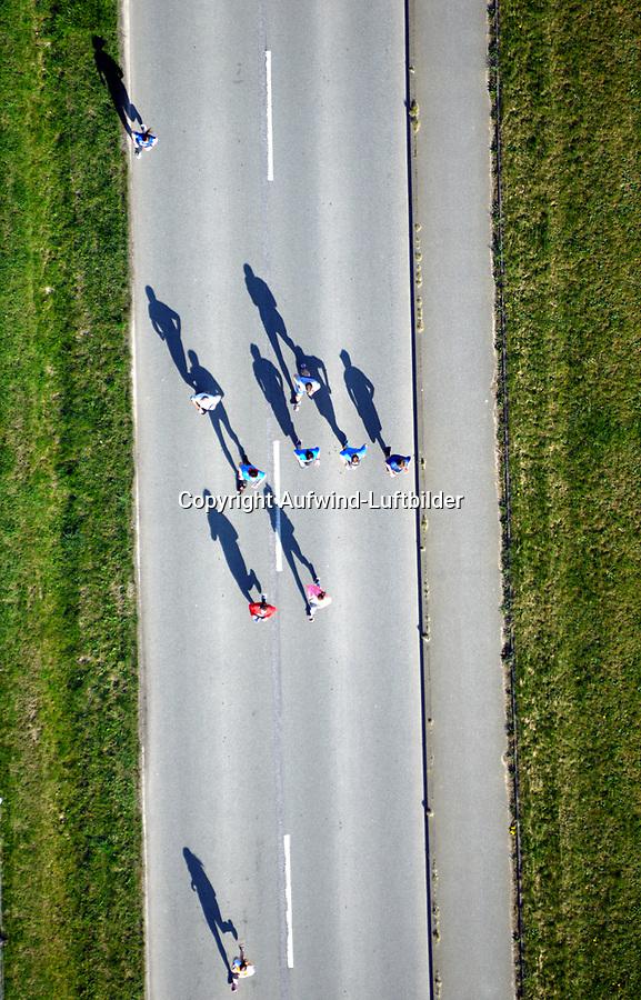 Elbinsel Halbmarathon Schattenläufer: EUROPA, DEUTSCHLAND, HAMBURG 09.04.2017:   Elbinsel Halbmarathon Schattenläufer