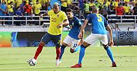 BARRANQUILLA – COLOMBIA, 10-10-2021: Marínez de Colombia (COL) y Fabinho de Brasil (BRA) dispután el balón durante partido entre los seleccionados de Colombia (COL) y Brasil (BRA), de la fecha 10 por la clasificatoria a la Copa Mundo FIFA Catar 2022, jugado en el estadio Metropolitano Roberto Meléndez en la ciudad de Barranquilla. / Marínez of Colombia (COL) and Fabinho of Brasil (BRA) vie for the ball during match between the teams of Colombia (COL) and Brasil (BRA), of the 10th date for the FIFA World Cup Qatar 2022 Qualifier, played at Metropolitan stadium Roberto Melendez in Barranquilla city. Photo: VizzorImage / Jairo Cassiani / Contribuidor