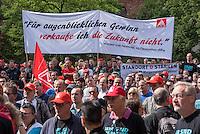 Etwa 1.500 Mitarbeiter der Siemens-Produktionsstaetten in Berlin versammelten sich am Dienstag den 9. Juni 2015 vor der Firmenverwaltung zu einer Protestkundgebung gegen die geplante Entlassung von 1.500 Angestellten. Die Konzernleitung will von den 11.500 Mitarbeitern in Berlin in den Bereichen Gasturbinenwerk 800, Schaltwerk 600 und in weiteren Bereichen 100 Arbeitsplaetze streichen.<br /> 9.6.2015, Berlin<br /> Copyright: Christian-Ditsch.de<br /> [Inhaltsveraendernde Manipulation des Fotos nur nach ausdruecklicher Genehmigung des Fotografen. Vereinbarungen ueber Abtretung von Persoenlichkeitsrechten/Model Release der abgebildeten Person/Personen liegen nicht vor. NO MODEL RELEASE! Nur fuer Redaktionelle Zwecke. Don't publish without copyright Christian-Ditsch.de, Veroeffentlichung nur mit Fotografennennung, sowie gegen Honorar, MwSt. und Beleg. Konto: I N G - D i B a, IBAN DE58500105175400192269, BIC INGDDEFFXXX, Kontakt: post@christian-ditsch.de<br /> Bei der Bearbeitung der Dateiinformationen darf die Urheberkennzeichnung in den EXIF- und  IPTC-Daten nicht entfernt werden, diese sind in digitalen Medien nach §95c UrhG rechtlich geschuetzt. Der Urhebervermerk wird gemaess §13 UrhG verlangt.]