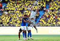 BARRANQUILLA – COLOMBIA, 10-10-2021: Falcao de Colombia (COL) y Alisson de Brasil (BRA) dispután el balón durante partido entre los seleccionados de Colombia (COL) y Brasil (BRA), de la fecha 10 por la clasificatoria a la Copa Mundo FIFA Catar 2022, jugado en el estadio Metropolitano Roberto Meléndez en la ciudad de Barranquilla. / Falcao of Colombia (COL) and Alisson of Brasil (BRA) vie for the ball during match between the teams of Colombia (COL) and Brasil (BRA), of the 10th date for the FIFA World Cup Qatar 2022 Qualifier, played at Metropolitan stadium Roberto Melendez in Barranquilla city. Photo: VizzorImage / Jairo Cassiani / Contribuidor