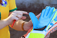 CAMPINAS, SP 27.06.2018-PONTE PRETA-Goleiro Ivan autografa luva de torcedora no CT da Ponte Preta no jd Eulina na cidade de Campinas (SP) nesta quarta-feira (27). (Foto: Denny Cesare/Codigo19)