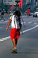 Transporte em skate na Avenida Paulista, São Paulo. 2004. Foto de Juca Martins.