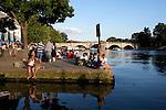 Great Britain, England, Surrey, Richmond: Evening beside River Thames | Grossbritannien, England, Surrey, Richmond: Menschen geniessen die letzten Sonnenstrahlen am Ufer der Themse