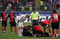 Christoph Preuß (Eintracht Frankfurt) hat einen Nasenbeinbruch und liegt auf dem Feld - dabei Sergej Barbarez (Bayer Leverkusen), Schiedsrichter Dr. Felix Brych und Albert Streit (Eintracht Frankfurt)