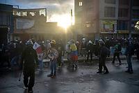 BOGOTA - COLOMBIA, 20-07-2021: Un grupo de jóvenes de primera lp miembros del ESMAD de la policía en el sector de Usme hoy, 20 de julio de 2021, en Bogotá durante la conmemoración del día de independencia de Colombia en el cual siguen las protestas del paro nacional que nuevamente convocó movilizaciones para protestar por el gobierno del presidente Duque. / A group of young people ofb the front line await the action of members of the ESMAD  of the police in the Usme sector today, July 20, 2021, in Bogotá during the commemoration of Colombia's independence day in which the protests of the national strike that again called mobilizations to protest the government of President Duque. Photo: VizzorImage / Diego Cuevas / Cont. Photo: VizzorImage / Diego Cuevas / Cont