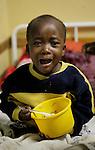 Foto: VidiPhoto..MASVINGO - Topdrukte in het missieziekenhuis Morgenster in Masvingo Zimbabwe. Omdat er nauwelijks medicijnen voorhanden zijn en veel staatsziekenhuizen nog plat liggen vanwege stakingen, krijgen de missieziekenhuizen in Zimbabwe te maken met een enorme golf aan patiënten uit de wijde regio. Zo ook het missieziekenhuis Morgenster bij Masvingo, dat gerund wordt door de Nederlandse arts Herman ten Hove. Het ziekenhuis wordt onder meer financieel gesteund door de Nederlandse zendingsorganisatie GZB.