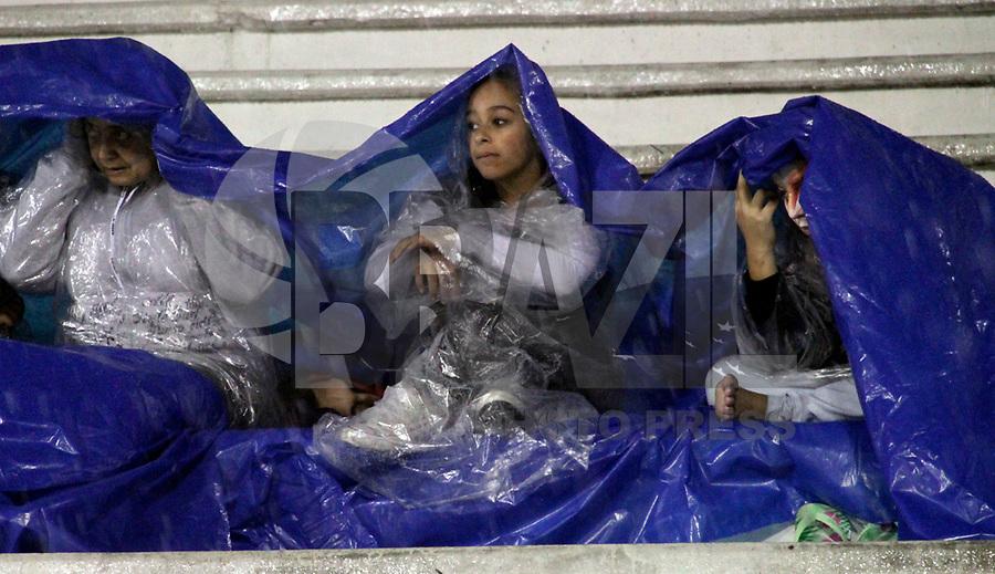 SÃO PAULO, SP, 07 DE MARÇO DE 2011 - CARNAVAL 2011 - Publico se protege da chuva durante desfille da Leandreo de Itaquera   em São Paulo, no Sambódromo do Anhembi, zona norte da capital paulista, na madrugada desta segunda. (07). (FOTO:ALE VIANNA / NEWS FREE)