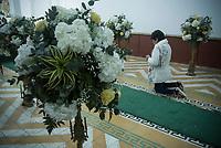 GUACARI - COLOMBIA: 19-04-2018. Feligreses oran durante el viernes santo en la población de Guacarí, Valle del Cauca, Colombia, de la semana santa para los cristianos. / Parishioners pray during the holy Friday in  the town of Guacari, Valle del Cauca, Colombia as part of Easter Week to the Christians.  Photo: VizzorImage / Gabriel Aponte / Staff