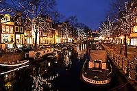 Kerst in Amsterdam. De Spiegegracht is feestelijk verlicht
