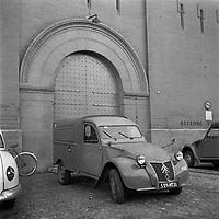 """Affaire de la """"Tournerie des drogueurs""""  JUIN 1961<br /> <br /> Devant l'entrée de la prison Saint-Michel. 3 juin 1961. Plan moyen de l'entrée de la prison (vue de 3/4 face) ; une 2CV fourgonnette est stationnée devant. Cliché pris dans le cadre de l'affaire de la """"Tournerie des drogueurs"""" dont le procès s'est ouvert à Toulouse le 5 juin 1961. Observation: Affaire de la """"Tournerie des drogueurs"""" : Procès qui s'est ouvert aux assises de Toulouse le 5 juin 1961, sous la présidence de M. Gervais (conseiller doyen). Sur le banc des accusés se trouvent François Lopez, Raoul Berdier, Marie-Thérèse Davergne (Maïté) et d'autres malfaiteurs toulousains (Camille Ajestron, Henri Oustric, Raymond Peralo, Marcel Filiol, Paul Carrère, Charles Davant et François Borja). Outre les accusations pour association de malfaiteurs, ils comparaissent pour l'assassinat de Jean Lannelongue, propriétaire du Cabaret la Tournerie des Drogueurs (rue des Tourneurs) dans la nuit du 3 au 4 janvier 1959, au cours d'une tentative de racket."""