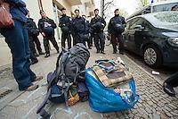 Zwangsraeumung in Berlin.<br />Am Freitag den 4. April lies ein Hausbesitzer in Berlin-Neukoelln einen Mieter durch Gerichtsvollzieherin und eine Hundertschaft der Polizie aus seiner Wohnung in der Wissmannstrasse zwangsraeumen.<br />Der Mieter konnte wegen verspaeteter Zahlungen des Jobcenters die Miete nicht rechtzeitig ueberweisen, das reichte dem Vermieter fuer eine Raeumungsklage.<br />Aus Protest gegen die Zwangsraeumung versammelten sich am Morgen des 4.4.2014 ca. 200 Menschen vor dem Haus um ihre Solidaritaet mit dem Betroffenen zu zeigen. Einige von ihnen setzten sich auf die Strasse und versuchten die Anfahrt der Gerichtsvollzieherin zu verhindern. Dies war zwecklos, da die Polizei die Gerichtsvollzieherin auf einem anderen Weg in das Haus brachte.<br />Im Anschluss an die erfolgreiche Zwangsraeumung gab es eine Spontandemonstration, bei der die Polizei mehrere Personen festnahm.<br />Im Bild: Die letzte Habe des zwangsgeraeumten Mieter.<br />4.4.2014, Berlin<br />Copyright: Christian-Ditsch.de<br />[Inhaltsveraendernde Manipulation des Fotos nur nach ausdruecklicher Genehmigung des Fotografen. Vereinbarungen ueber Abtretung von Persoenlichkeitsrechten/Model Release der abgebildeten Person/Personen liegen nicht vor. NO MODEL RELEASE! Don't publish without copyright Christian-Ditsch.de, Veroeffentlichung nur mit Fotografennennung, sowie gegen Honorar, MwSt. und Beleg. Konto: I N G - D i B a, IBAN DE58500105175400192269, BIC INGDDEFFXXX, Kontakt: post@christian-ditsch.de]