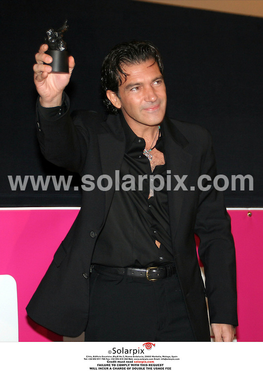 ALL ROUND PICTURES BY SOLARPOIX.COM.**MUST CREDIT SOLARPIX.COM OR DOUBLE FEE WILL BE CHARGED**.Antonio Banderas is presented with the Gabi Lifetime Achievement Award at The Los Angeles Latino International Film Festival held at the Egyptian Theatre.Hollywood, on 14.10.06. Job Ref: 2918-SPA