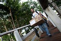 Eleições 2015  2º turno.<br /> TRE PA transporta as últimas urnas para a 76 zona eleitoral sessão 257 garantindo a eleição na ilha Grande onde ribeirinhos<br />  chegam de canoas, rabetas e barcos com 271 eleitores.<br /> Belém, Pará, Brasil.<br /> Foto Paulo Santos<br /> 26/10/2014