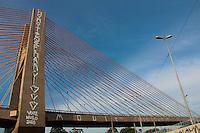 SÃO PAULO,SP, 25.06.2016 - VANDALISMO-SP - Ponte Governador Orestes Quércia, a Estaiadinha localizada na Marginal Tietê, zona norte de São Paulo, amanheceu pichada  no sentido Ayrton Senna e também Castelo Branco. ( Foto : Marcio Ribeiro / Brazil Photo Press).