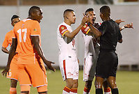 ENVIGADO -COLOMBIA-01-05-2015. Sergio Otalvaro y Francisco Meza jugadores de Independiente Santa Fe reclaman a Ulises Arrieta, arbitro, durante el partido con Envigado FC por la fecha 18 de la Liga Águila I 2015 realizado en el Polideportivo Sur de la ciudad de Envigado./ Sergio Otalvaro and Francisco Meza players of Independiente Santa Fe discuss with Ulises Arrieta, referee, during the match against Envigado FC match for the 18th date of the Aguila League I 2015 at Polideportivo Sur in Envigado city.  Photo: VizzorImage/León Monsalve/STR