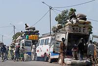 "Afrika Mali Bamako Holzkohle auf Mercedes Transporter - xagndaz | .Western Africa Mali Bamako char coal transport on mercedes transporter - fuel energy .| [ copyright (c) Joerg Boethling / agenda , Veroeffentlichung nur gegen Honorar und Belegexemplar an / publication only with royalties and copy to:  agenda PG   Rothestr. 66   Germany D-22765 Hamburg   ph. ++49 40 391 907 14   e-mail: boethling@agenda-fototext.de   www.agenda-fototext.de   Bank: Hamburger Sparkasse  BLZ 200 505 50  Kto. 1281 120 178   IBAN: DE96 2005 0550 1281 1201 78   BIC: ""HASPDEHH"" ,  WEITERE MOTIVE ZU DIESEM THEMA SIND VORHANDEN!! MORE PICTURES ON THIS SUBJECT AVAILABLE!!  ] [#0,26,121#]"