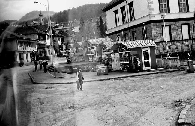 BOSNIA-HERZEGOVINA, Belgrade-Sarajevo Road, 03/2003..Lanscape pictures taken from the bus between Belgrad and Sarajevo. .In the steets of Vlasenica.  .BOSNIE-HERZEGONVINE, Route Belgrade-Sarajevo, 03/2003..Photo prise depuis le bus qui relie Belgrade à Sarajevo. Dans les rues de Vlasenica..© Bruno Cogez