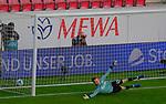 Fussball-Bundesliga - Saison 2020/2021<br /> Opel-Arena Mainz - 7.11.2020<br /> 1. FSV Mainz 05 (mz) - Schalke 04 (s04)<br /> Keine Chance für Torwart Frederik ROENNOW (FC Schalke 04), beim 11- Meter von Daniel BROSINSKI (1. FSV Mainz 05)<br /> <br /> Foto © PIX-Sportfotos *** Foto ist honorarpflichtig! *** Auf Anfrage in hoeherer Qualitaet/Aufloesung. Belegexemplar erbeten. Veroeffentlichung ausschliesslich fuer journalistisch-publizistische Zwecke. For editorial use only. DFL regulations prohibit any use of photographs as image sequences and/or quasi-video.