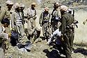 Irak 1985 Dans les zones libérées, région de Lolan, découverte d'un obus  Iraq 1985  In liberated areas, Lolan district, an unexploded shell