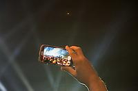 Feierlichkeit zum 25. Jahrestag Mauerfall.<br /> Buergerfest am Brandenburger Tor.<br /> Ein Teilnehmer fotografiert die Szenerie mit seinem Mobiltelefon.<br /> 9.11.2014, Berlin<br /> Copyright: Christian-Ditsch.de<br /> [Inhaltsveraendernde Manipulation des Fotos nur nach ausdruecklicher Genehmigung des Fotografen. Vereinbarungen ueber Abtretung von Persoenlichkeitsrechten/Model Release der abgebildeten Person/Personen liegen nicht vor. NO MODEL RELEASE! Don't publish without copyright Christian-Ditsch.de, Veroeffentlichung nur mit Fotografennennung, sowie gegen Honorar, MwSt. und Beleg. Konto: I N G - D i B a, IBAN DE58500105175400192269, BIC INGDDEFFXXX, Kontakt: post@christian-ditsch.de<br /> Urhebervermerk wird gemaess Paragraph 13 UHG verlangt.]
