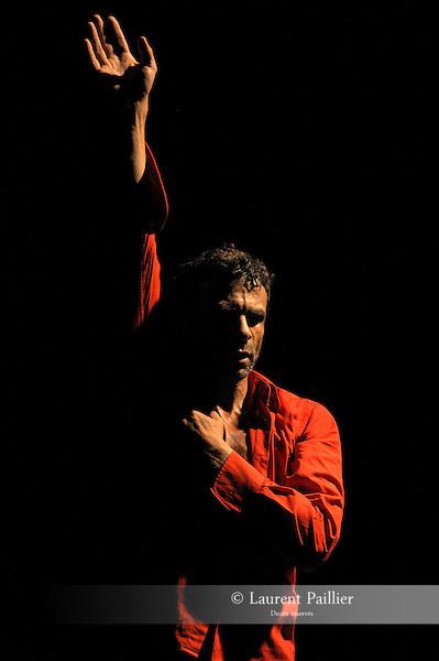 COMMENT SE MENT<br /> Choregraphie : RAMALINGOM Fabrice<br /> <br /> Compagnie : Association R A M a<br /> Decor : DEBEUSSCHER Emmanuelle<br /> Lumiere : GAUTIER Maryse<br /> Video : ROJOL Laurent<br /> Avec :<br /> RAMALINGOM Fabrice<br /> Lieu : Centre National de la danse<br /> Ville : Pantin<br /> Le : 13 10 2010<br /> © Laurent PAILLIER / photosdedanse.com<br /> All right reserved