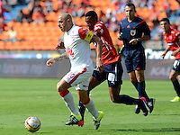 MEDELLIN - COLOMBIA - 15-08-2015: Omar Perez   jugador  del Independiente Santa Fe disputa el balon  contra el  Independiente  Medellin   durante partido  por la fecha 5 de la Liga Aguila II 2015 jugado en el estadio Atanasio Girardot. /  Omar Perez player of Independiente Santa Fe  fights the ball against  of Independiente Medellin   during a match for the five date of the Liga Aguila II 2015 played at Atanasio Girardot stadium in Medellin city. Photo: VizzorImage / Leon Mosalve  / Str.