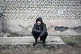 """Andrej, arbeitslos, Myroniwski, 19 Jahre, """"Ich lebe im Keller. Ich hasse mein Leben. Ich will Frieden für meine Heimat, ich will, dass die Separatisten von hier abhauen und dass der Krieg endlich aufhört. Wie lange kann man in so einem Keller leben, ohne Licht, ohne Heizung, ohne Wasser?"""""""