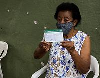 SÃO PAULO, SP, 06.02.2021:  Vacinação Covid -19  - Campanha de Vacinação contra a Covid-19 para pessoas  idosas a partir de 90 anos na manhã deste sábado (06) na UBS Vila Barbosa no bairro do Mandaqui zona norte da cidade de São Paulo SP. No destaque seu Antonio de Mattos recebe exibe a carteira de vacinação contra Covid - 19