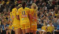 Handball, Frauen, 1. Bundesliga. HC Leipzig gg Bayer Leverkusen. im Bild:  Gelbe Rudelbildung: v.li. Rannveig Haugen, Luisa Schulze und Sara Eriksson. Foto: Alexander Bley
