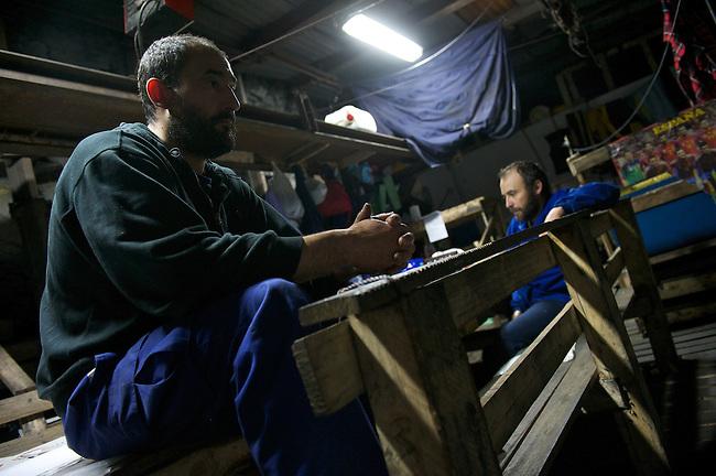 Bergarbeiterstreik in Spanien.<br /> In dem Dorf Santa Cruz del Sil der Provinz Leon haben 8 Bergarbeiter am 21. Mai 2012  beschlossen, sich so lange in der Mine einzuschliessen, bis alle Mineros ihren vollen Lohn von der Firmenleitung erhalten. Die Firmenleitung hatte ihnen im Mai 2012 nur die Haelfte des Lohns ausgezahlt. Seit dem wird die Mine bestreikt.<br /> Im Bild: Die eingeschlossenen Mineros in ihrem Aufenthaltsraum, 3.000 Meter weit im Berg.<br /> 3.7.2012, Santa Cruz del Sil/Asturien/Spanien<br /> Copyright: Christian-Ditsch.de<br /> [Inhaltsveraendernde Manipulation des Fotos nur nach ausdruecklicher Genehmigung des Fotografen. Vereinbarungen ueber Abtretung von Persoenlichkeitsrechten/Model Release der abgebildeten Person/Personen liegen nicht vor. NO MODEL RELEASE! Nur fuer Redaktionelle Zwecke. Don't publish without copyright Christian-Ditsch.de, Veroeffentlichung nur mit Fotografennennung, sowie gegen Honorar, MwSt. und Beleg. Konto: I N G - D i B a, IBAN DE58500105175400192269, BIC INGDDEFFXXX, Kontakt: post@christian-ditsch.de<br /> Bei der Bearbeitung der Dateiinformationen darf die Urheberkennzeichnung in den EXIF- und  IPTC-Daten nicht entfernt werden, diese sind in digitalen Medien nach §95c UrhG rechtlich geschuetzt. Der Urhebervermerk wird gemaess §13 UrhG verlangt.]
