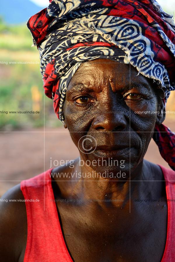 Zambia Chiawa, farmer woman living in Game Reserve Area of Lower Zambezi Nationalpark, the village is often attacked by wild animals / SAMBIA Chiawa, Doerfer im Game Reserve Area des Lower Zambezi Nationalpark, die Dorfbewohner und ihre Felder werden haeufig von Wildtieren attackiert, Frau Ekrin Mpona, 43