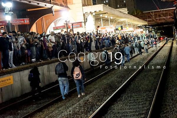 SÃO PAULO, SP, 01.09.2021: Movimentação CPTM SP - Linhas 7 e 11 da CPTM deixam de circular na noite desta quarta- feira (01) ,devido a falta de energia . No destaque movimentação de passageiros nas plataformas lotadas na estação da Luz da CPTM , na região central da cidade de São Paulo