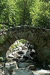 Pont roman sur le ruisseau d'Aguila a côté du hameau d'Héas. Pyrénées centrales. Parc national des Pyrénées. Patrimoine mondial de l'Unesco. France.The French Pyrenees. France