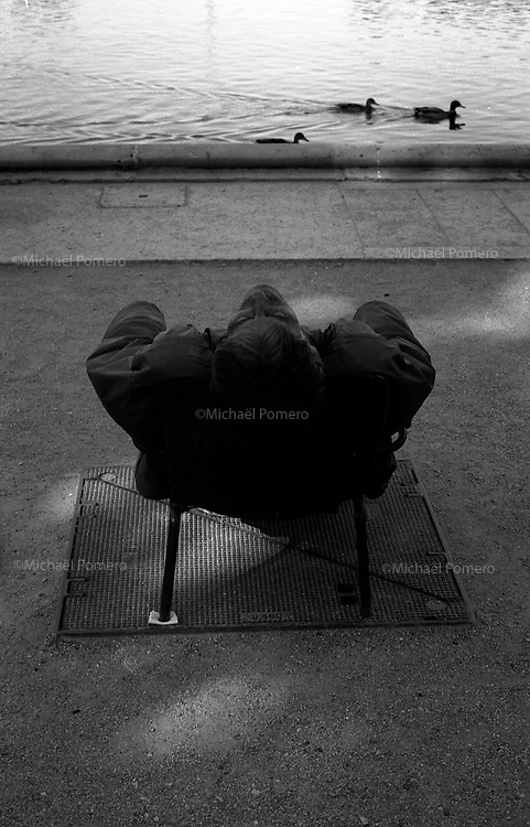 10.2010  Paris (île de france)<br /> <br /> Homme en train de dormir au jardin des Tuileries.<br /> <br /> Man sleeping in the Tuileries Garden.