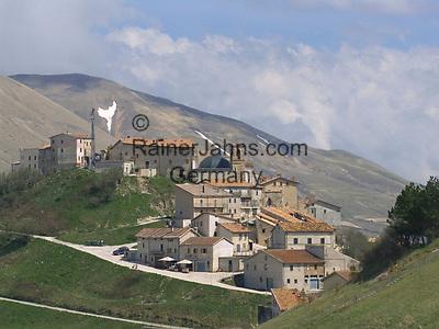 Italien, Umbrien, Castelluccio: Bergdorf in den Sibillinischen Bergen   ITA, Umbria, Castelluccio: mountain village at the Sibillini mountains
