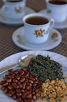 """Asie/Birmanie/Myanmar/Plateau Shan/Nyaungshwe: Lac Inle - """"La Phet"""" dessert feuilles de thé vert, cacahuètes frites et ail frit - Recette de la """"Guest House Teak Wood"""""""