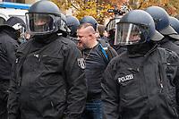 """Sogenannten """"Querdenker"""" sowie verschiedene rechte und rechtsextreme Gruppen hatten fuer den 18. November 2020 zu einer Blockade des Bundestag aufgerufen. Sie wollten damit verhindern, dass es eine Abstimmung ueber das Infektionsschutzgesetz gibt.<br /> Es sollen sich ca. 7.000 Menschen versammelt haben. Sie wurden durch Polizeiabsperrungen daran gehindert zum Reichstagsgebaeude zu gelangen. Sie versammelten sich daraufhin u.a. vor dem Brandenburger Tor.<br /> Im Bild: Die Polizei nimmt einen Mann fest, der mit einer Flasche auf die Beamten geworfen hat.<br /> 18.11.2020, Berlin<br /> Copyright: Christian-Ditsch.de<br /> 18.11.2020, Berlin<br /> Copyright: Christian-Ditsch.de"""