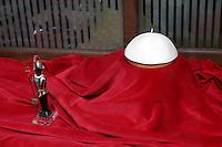 Una papalina bianca esposta in vetrina, accanto ad una statuetta raffigurante una Guardia Svizzera, presso la sartoria ecclesiastica Gammarelli, a Roma, 8 marzo 2013..A papal skullcap is seen past a Swiss Guard statuette at the Gammarelli ecclesiastical dressmaker's shop window in Rome, 8 March 2013..UPDATE IMAGES PRESS/Riccardo De Luca