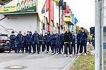 Die Mannschaft kurz vor der Abfahrt beim Spiel in der 3. Liga, 1. FC Kaiserslautern - SV Waldhof Mannheim.<br /> <br /> Foto © PIX-Sportfotos *** Foto ist honorarpflichtig! *** Auf Anfrage in hoeherer Qualitaet/Aufloesung. Belegexemplar erbeten. Veroeffentlichung ausschliesslich fuer journalistisch-publizistische Zwecke. For editorial use only. DFL regulations prohibit any use of photographs as image sequences and/or quasi-video.