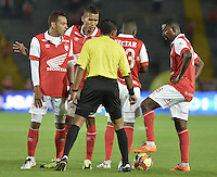 BOGOTÁ -COLOMBIA, 15-02-2014. Jugadores de Santa Fe discuten con Juan Gamarra, árbitro del partido entre Independiente Santa Fe Y Deportivo Cali por la fecha 5 Liga Postobón  I 2014 disputado en el estadio el Campín de la ciudad de Bogotá./ Players of Santa Fe Discuss with Juan gamarra referee of the match between Independiente Santa Fe and Deportivo Cali for the fifth date for the Postobon  League I 201 played at El Campin stadium in Bogotá city. Photo: VizzorImage/ Gabriel Aponte / Staff