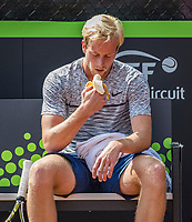 Rotterdam, Netherlands, August 22, 2017, Rotterdam Open, Botic van de Zandschulp (NED) eating a banana during changeover<br /> Photo: Tennisimages/Henk Koster