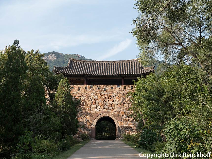 Südtor der Bergfestung Jongbangsan, Nordkorea, Asien<br /> South Gate of moauntainfortess Jongbangsan, North Korea, Asia