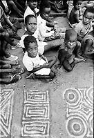 Mozambico, Africa, Maputo, bambini che disegnano con la sabbia